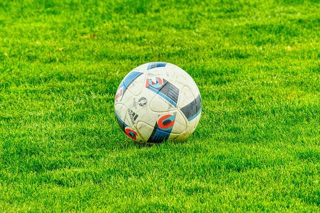 míč v trávě