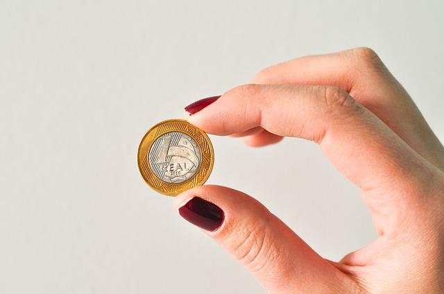 mince mezi prsty