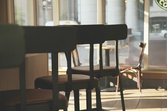 Bar, restaurace, sedačky.